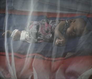A child sleeps underneath a mosquito net in Tanzania (UN Radio)